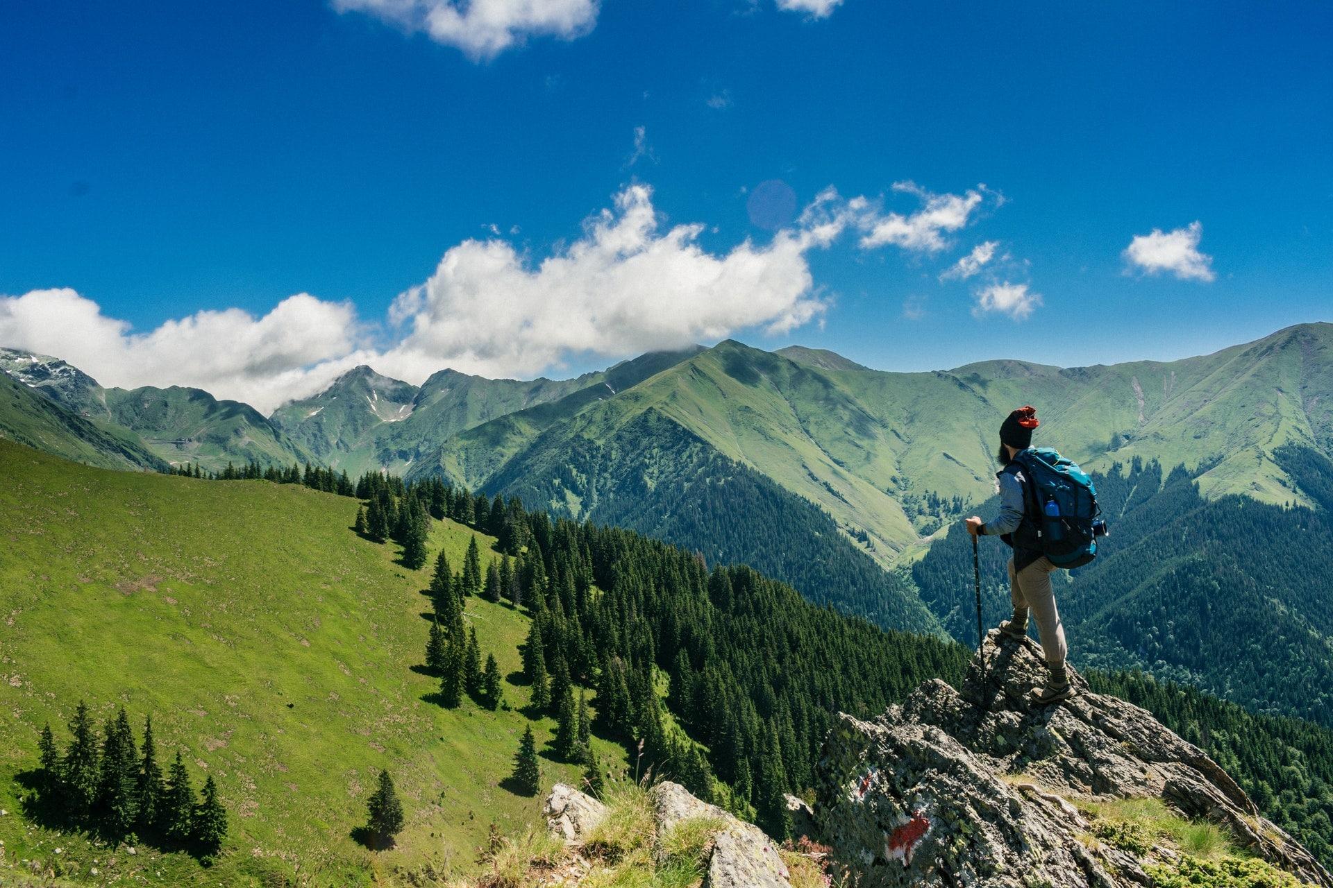 Une personne qui a escaladé une montagne - Alhaya